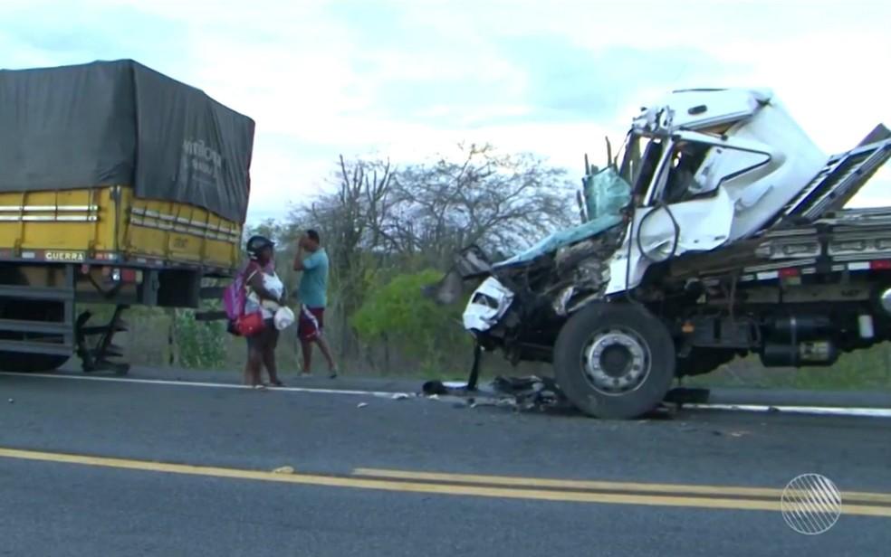 Motorista ficou preso às ferragens e não resistiu aos ferimentos (Foto: Reprodução/TV Subaé)
