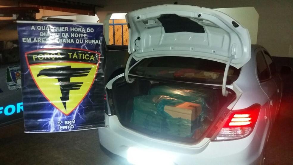 Homem é detido suspeito de contrabandear mais de 7 mil cigarros (Foto: TV Anhanguera/Reprodução)