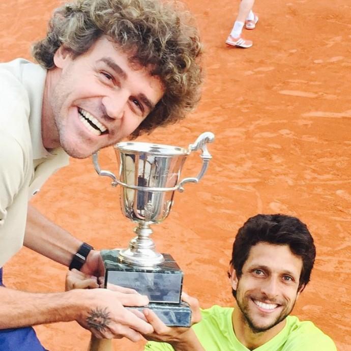 Guga e Marcelo Melo comemoram em Roland Garros (Foto: Reprodução)