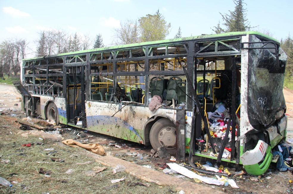 Os ônibus que carregavam sírios evacuados das zonas de conflitos ficaram destruídos (Foto: Omar haj kadour / AFP)