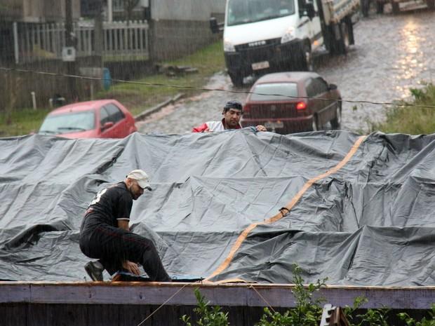 Mesmo com a chuva, moradores tentam cobrir as casas para evitar prejuízos maiores (Foto: PMFB/ Divulgação)