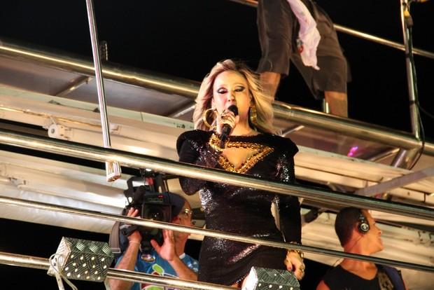 Claudia Leitte se apresenta no trio em Salvador (Foto: Wallace Barbosa e Dilson Silva / AgNews)