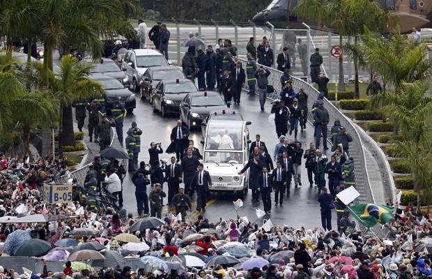 Papamóvel é cercado por seguranças durante trajeto até o interior da basílica (Foto: AP Photo/Victor R. Caivano)
