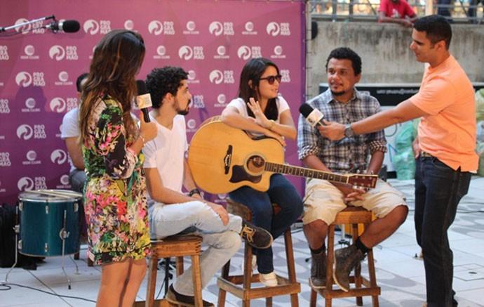 Helder Vilela e Simone Casto conversaram com os vocalistas do Trio (Foto: Reprodução/TV Clube)