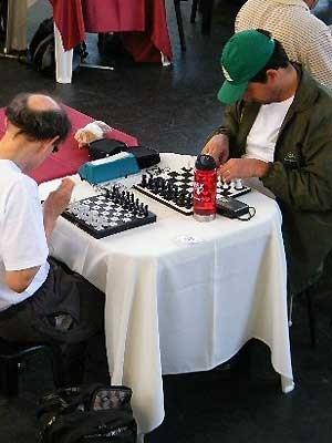 No teatro de Arena, jogos de xadrez para deficientes visuais (Foto: Sesc Campinas)