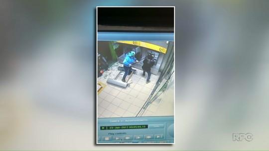 Criminosos explodem caixas eletrônicos de banco em Santa Helena