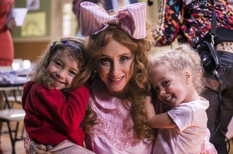 As gêmeas Helena e Alice foram visitar a mãe, Betty Gofman, nas gravações da 'Escolinha do Professor Raimundo' (Foto: Globo/Paulo Belote)