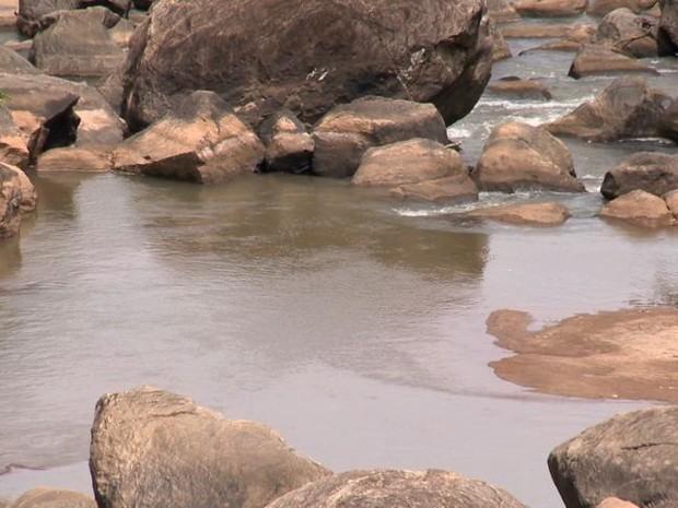 Em alguns pontos o Rio Santa Maria é apenas um córrego (Foto: Reprodução/TV Gazeta)