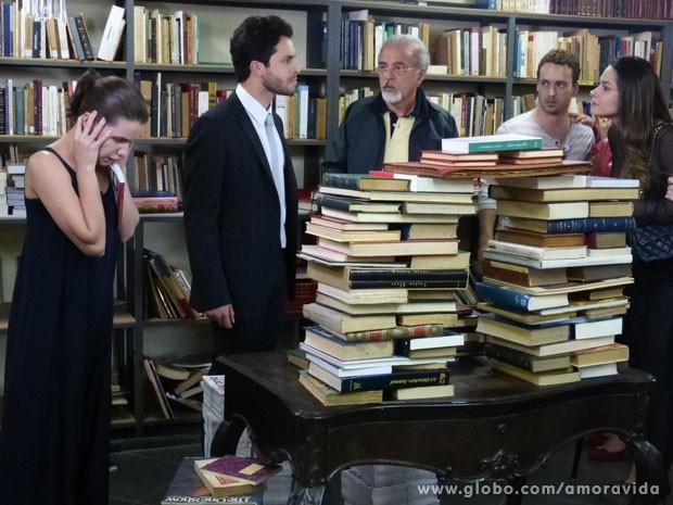 Leila discute com Rafael e Linda não suporta (Foto: Amor à Vida/ TV Globo)