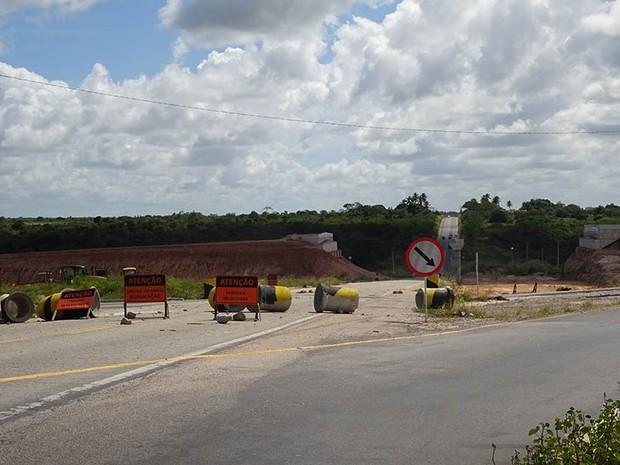 Viaduto sobre a BR-406 não foi concluído e motoristas passam por desvio improvisado (Foto: Fernanda Zauli/G1)
