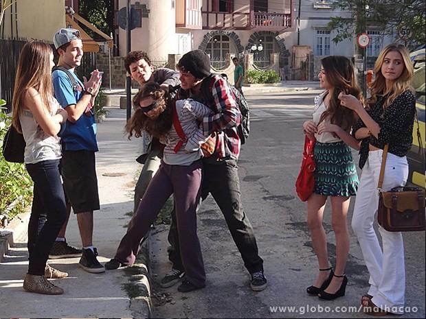 Micaela cai na armadilha de Sidney e é humilhada pelos garotos (Foto: Malhação / TV Globo)