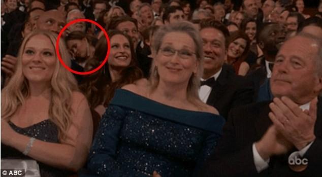 Chrissy Teigen tira cochilo no Oscar  (Foto: Reprodução/ ABC)