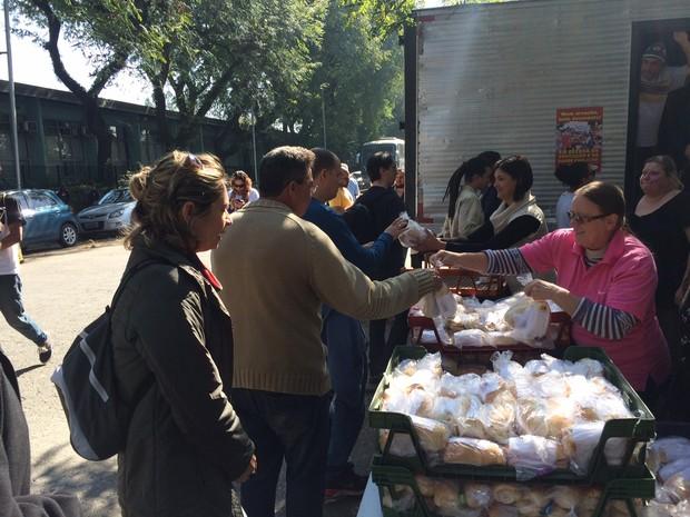 Manifestantes receberam um kit alimentação, com pães com frios, fruta, água e refrigerante (Foto: Will Soares/G1)