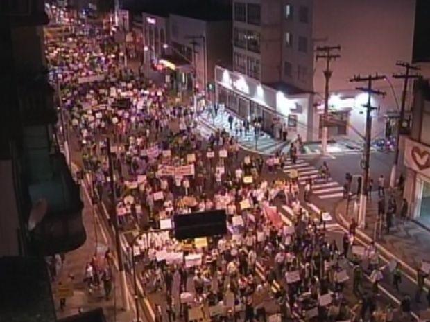 Manifestantes caminharam pela Sampaio Vidal em direção à prefeitura (Foto: reprodução/TV Tem)