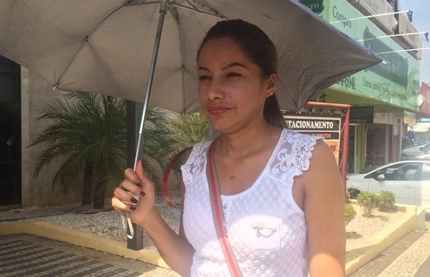Luciana Campos Marinho teme ficar com o nome negativado por não conseguir quitar boleto na Caixa, em Goiânia (Foto: Fernanda Borges/G1)
