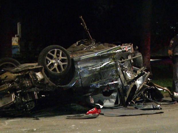 Carro destruído após acidente grave em avenida de Campinas (Foto: Luciano Machado/EPTV)