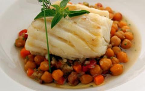 Bacalhau cozido no azeite é servido com ragu de grão-de-bico