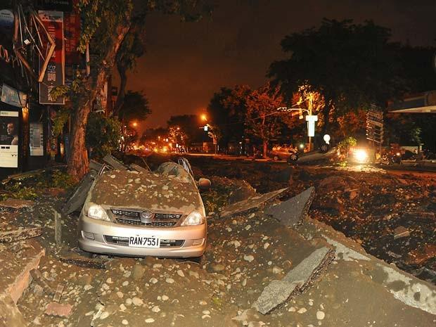 Carro ficou destruído após explosão em Kaohsiung, no sul de Taiwan (Foto: REUTERS/Stringer)