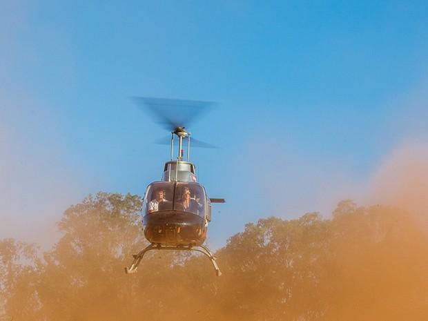 A vidente chega de helicóptero e pousa no meio da quadra (Foto: Artur Meninea/Gshow)
