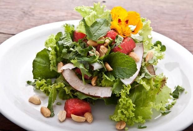 Salada de melancia e coco (Foto: Colheradas)