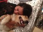 Namorada de Bruno Gissoni posta foto abraçada com a cadela do ator
