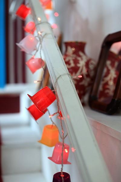 Que tal reutilizar os potinhos de iogurte consumidos pela criançada? Utilize minilanternas e faça uma luminária diferente (Foto: Rogério Voltan/Casa e Jardim)
