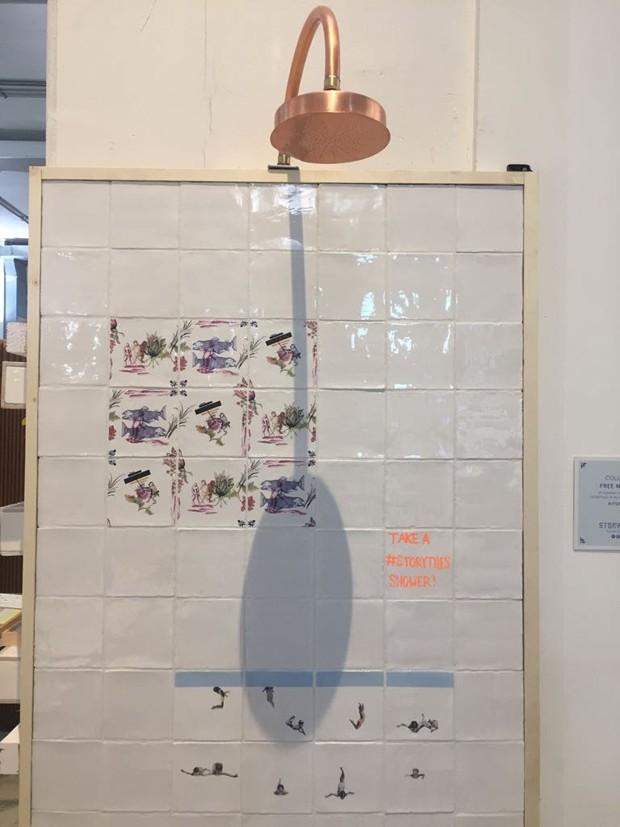 Colagens e ilustrações em azulejos que contam histórias. Estes são os produtos da marca holandesa StoryTiles, que investiu este ano em uma coleção com composições divertidas para banheiros (Foto: Thaís Lauton/Editora Globo)