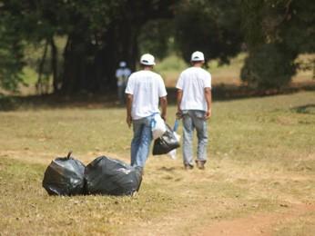 Presidiários recolhem o lixo nas áreas próximas a margem. (Foto: Vianey Bentes )