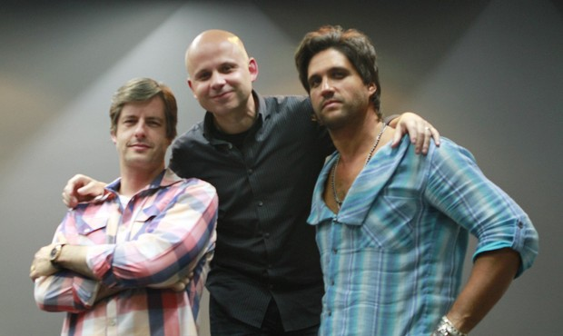 Victor e Leo com o presidente da Som Livre, MarceloSoares (Foto: Isac Luz/EGO)