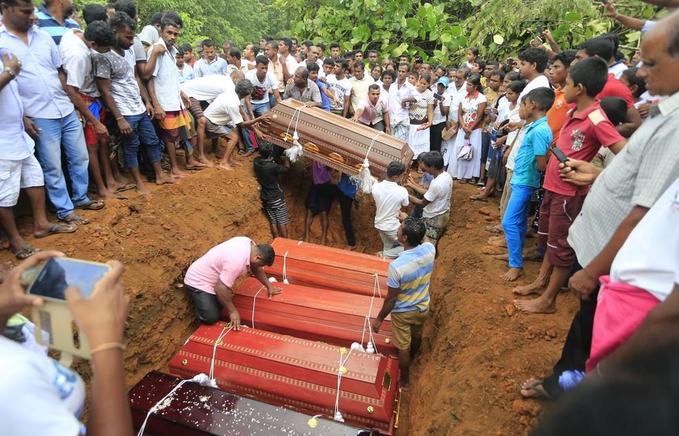 Comunidade se prepara para enterrar vítimas de um deslizamento no cemitério de Bellana, vilarejo do distrito de Kalutara (Foto: Eranga Jayawardena/AP)