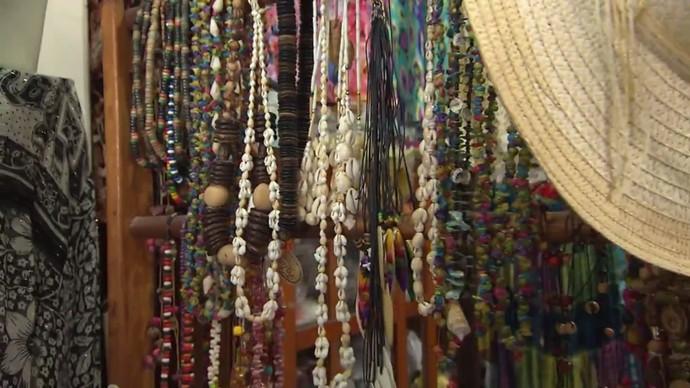 Acessórios são feitos com objetos do oceano, como conchas e búzios (Foto: TV Bahia)