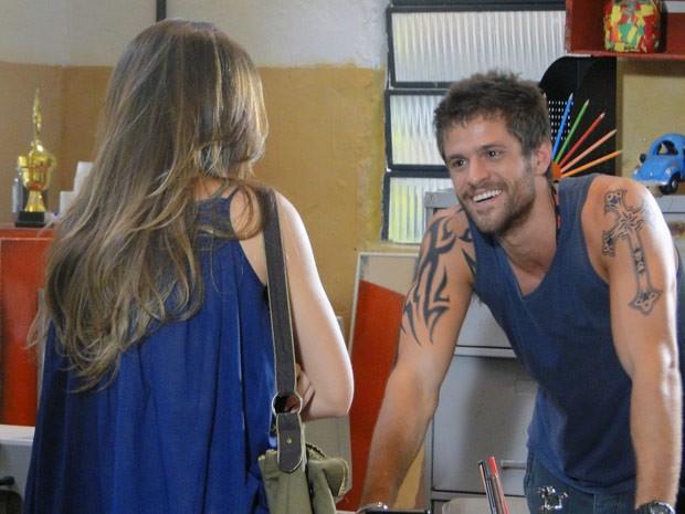 O bandido diz que 'arranjou' crianaça para Cristal (Foto: Malhação / Tv Globo)