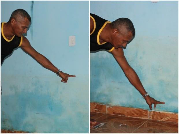 O vigilante Luiz Filho mostra o nível que a água chegou no primeiro e segundo rompimento da adutora (Foto: Girlene Medeiros / Do G1 AM)