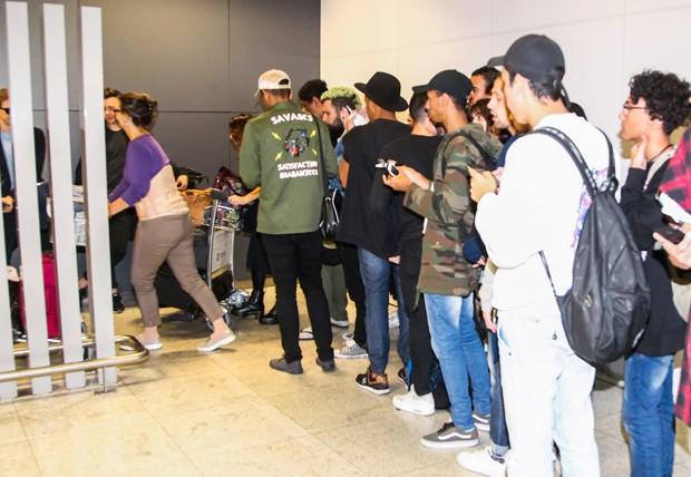 Fãs se aglomeram em porta do banheiro (Foto: Manuela Scarpa/Brazil News)