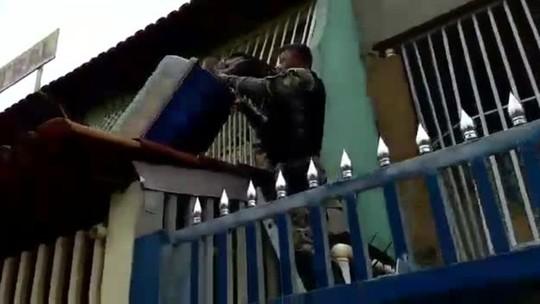 PM resgata porco-espinho em telhado de casa no Recanto das Emas; vídeo