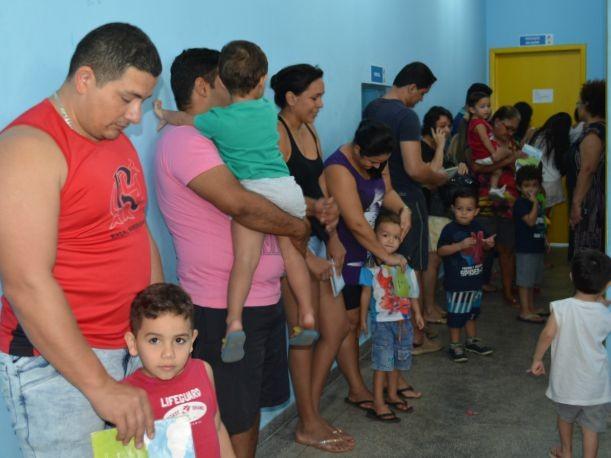 Pais estavam desde cedo no posto de saúde e formaram fila para imunizar os filhos menores de 5 anos (Foto: Mary Porfiro/G1)