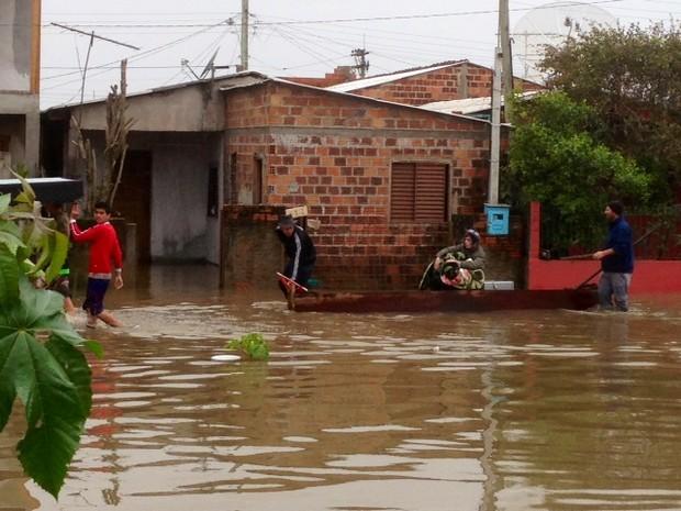 Enchente deixou moradores de Novo Hamburgo sem abastecimento de água (Foto: Alexandre dos Santos/RBS TV)