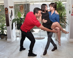 Leandro Azevedo corrige o posicionamento de Carol e Rapha (Foto: Carol Caminha / Gshow)