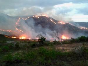 Incêndio atinge local perto de APA, em Rio de Contas, na Chapada Diamantina, na Bahia (Foto: Reprodução/ TV Sudoeste)