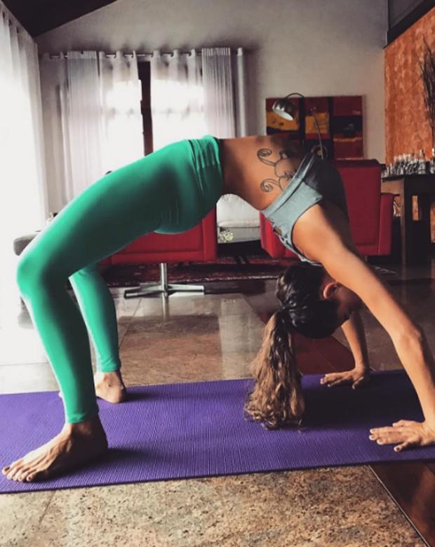 Isis Valverde praticando ioga (Foto: Reprodução/Instagram)