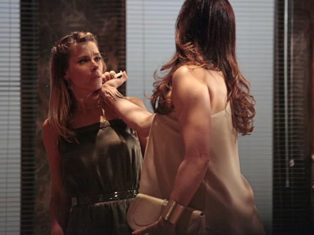 Lívia aplica uma injeção com dose letal de droga em Jéssica (Foto: Salve Jorge/TV Globo)