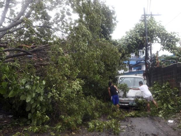 Tufão Haiyan atinge Filipinas com rajadas de 275 km/h (Foto: AP Photo/Chester Baldicantos)