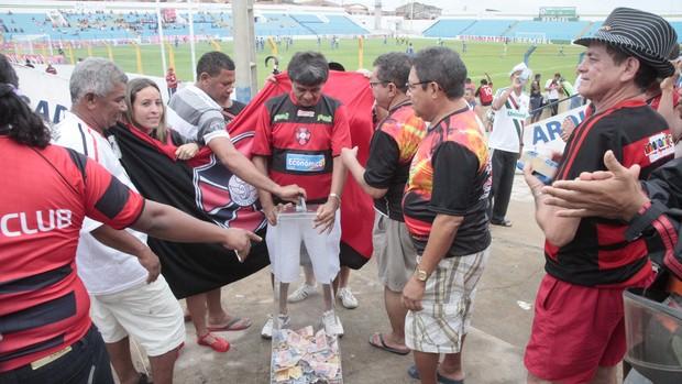 Torcida do Moto Club arrecada dinheiro para ajudar jogadores (Foto: De Jesus/ O Estado)
