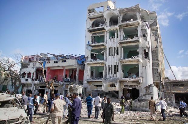 Ataque aconteceu contra o hotel Ambassador, em Mogadíscio (Foto: Farah Abdi Warsameh/AP)