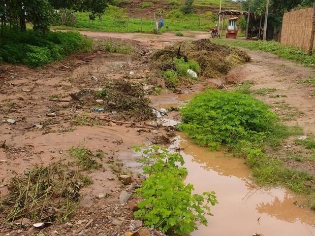 Internauta registra entulho jogado em buracos e lama na cidade de Alto Longá (Foto: Luiz Vitor/Arquivo Pessoal)