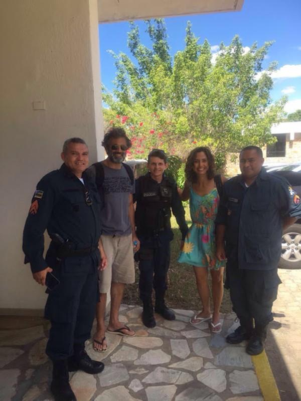 Rodrigo Montagner e Camila Pitanga posaram com policiais militares nesta quinta-feira (15) (Foto: Agnews)