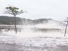 Ressaca se antecipa e água do mar invade e bloqueia avenida de Santos