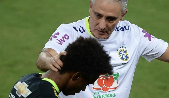 Tite entre Willian e Philippe Coutinho no treino da seleção brasileira em Natal (Foto: Pedro Martins/MoWa Press)