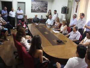 Posse de novo secretário ocorreu em sala de reunião (Foto: PMBD/Divulgação)
