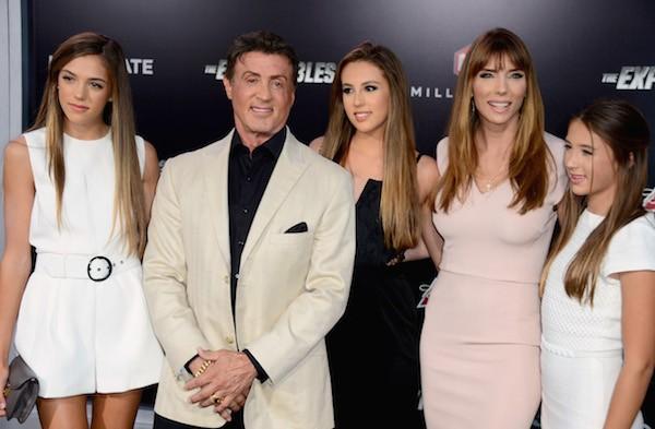 O ator Sylvester Stallone com as três filhas e a esposa (Foto: Getty Images)